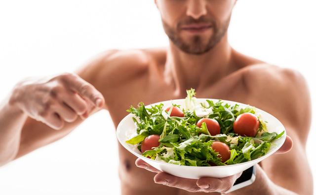 サラダを持つ男性の画像