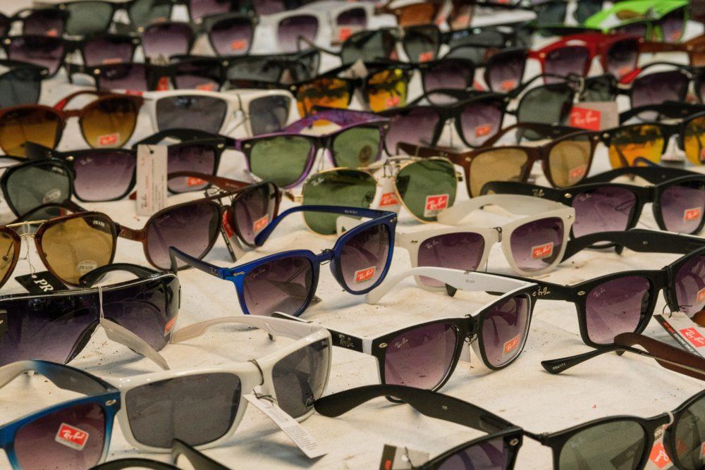 数多くのレイバンのサングラスの画像