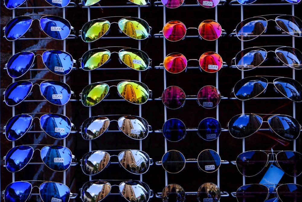 色んなカラーのサングラスの画像