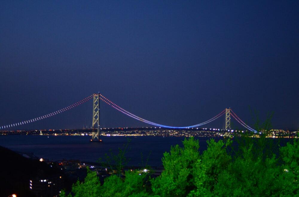 pixta_74257536_M 夜景 明石大橋のライトアップ 淡路サービスエリアから