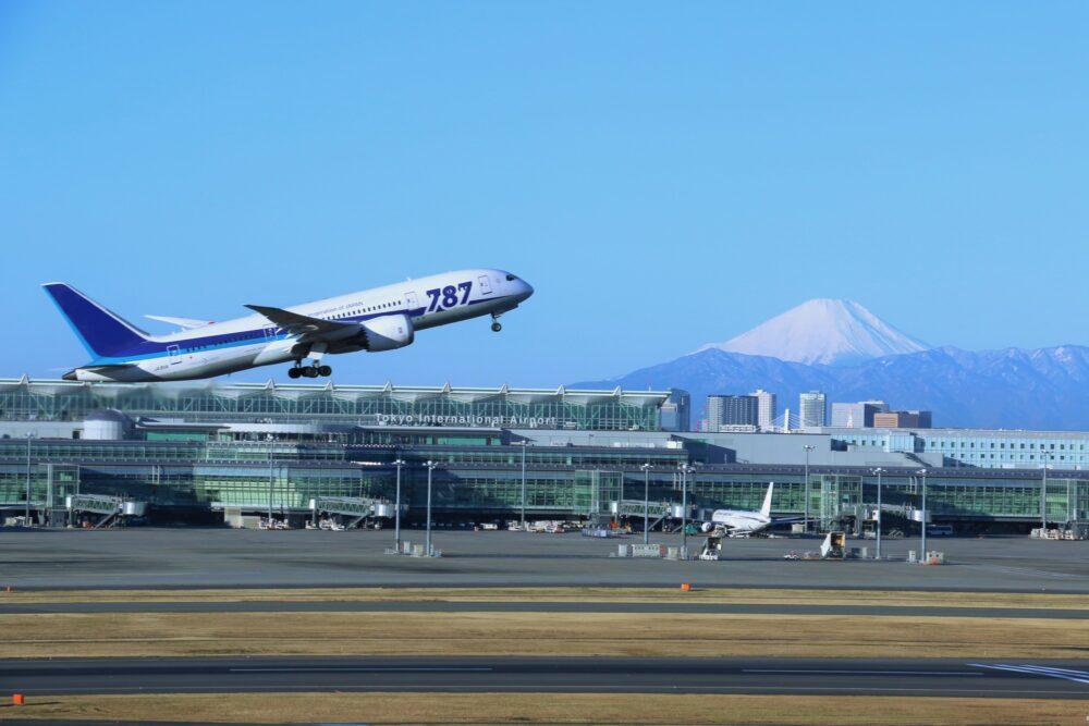 pixta_19613501_M 羽田空港を出発する飛行機