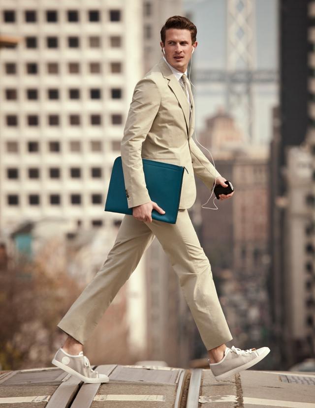 スーツと合うスニーカーを履く男性の画像