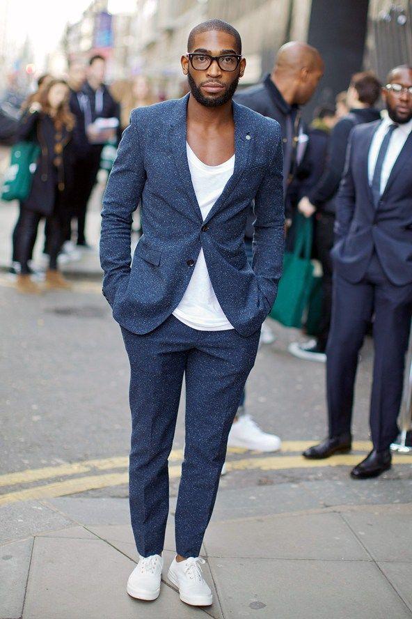 白スニーカーを爽やかに着こなす男性の画像