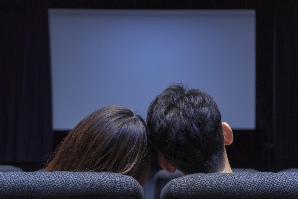 映画館のカップルの画像