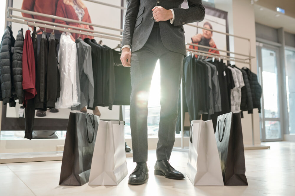 買い物をする男性の画像