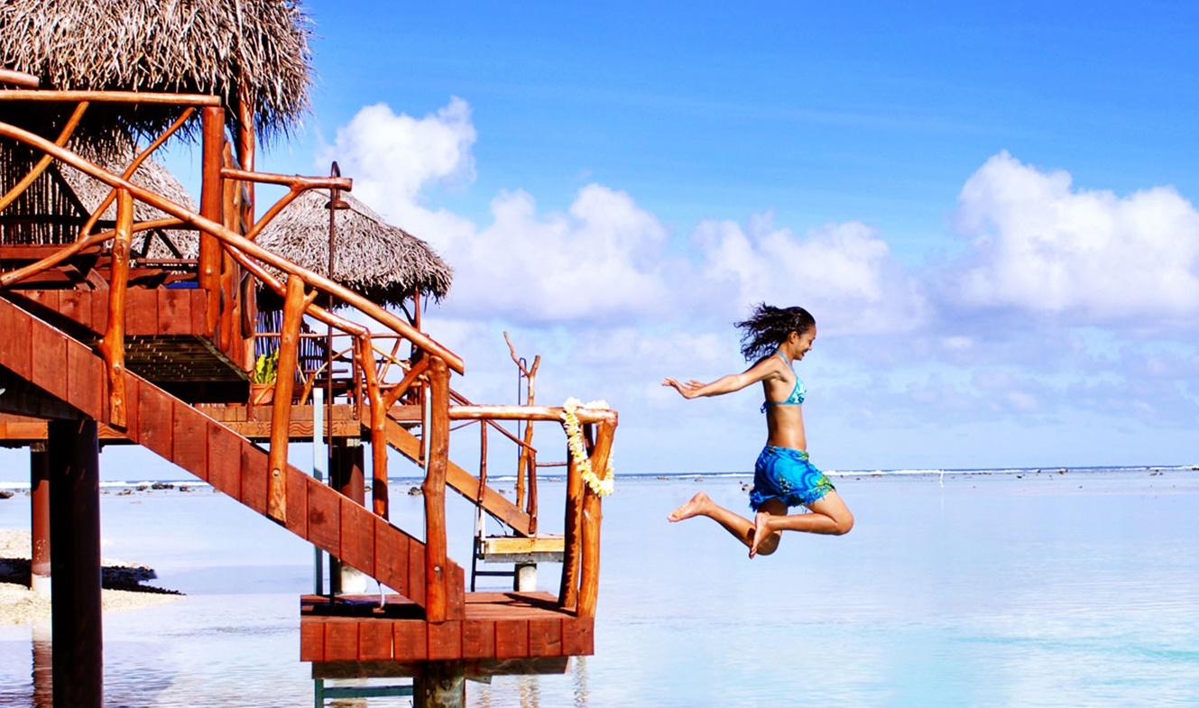 飛び込む女性の画像