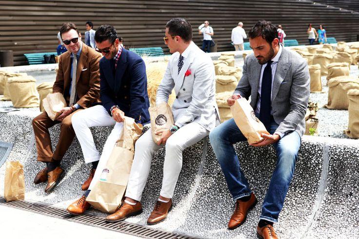 スーツ姿の男性たちの画像