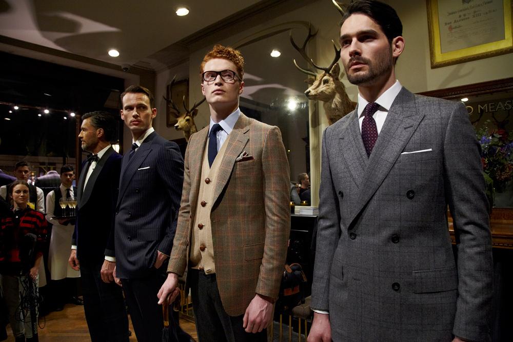 ハンツマンのスーツを着る男性たちの画像
