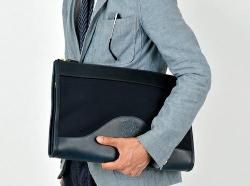 スーツに合わせるクラッチバッグ