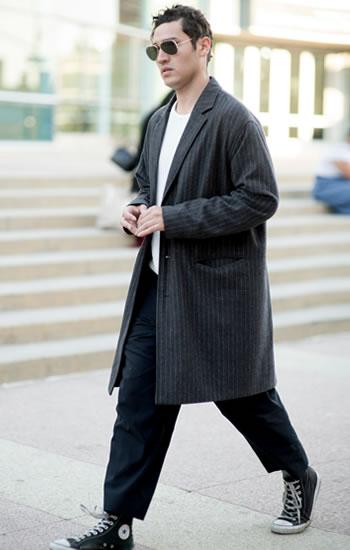 こちらも裾に向かって細くなっていくワイドパンツを短くカット。ハイカットのコンバースにギリギリかかる程度の丈なので、パンツから靴への自然な流れが着こなしを