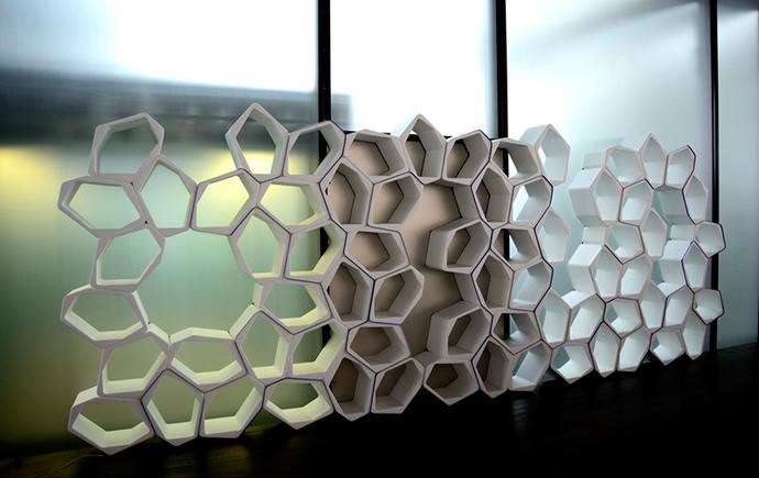 BUILD MODULAR SHELVING 多数組み合わせて蜂の巣のよう