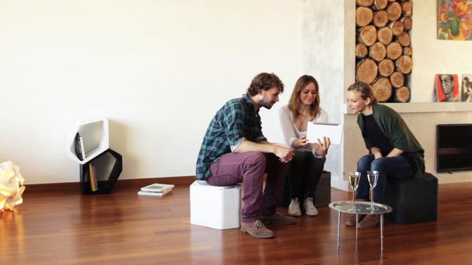 BUILD MODULAR SHELVING 椅子としての使用例