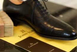 「靴はスーツより高いものを買え」は本当か?ビジネスアイテムの優先順位と靴の選び方